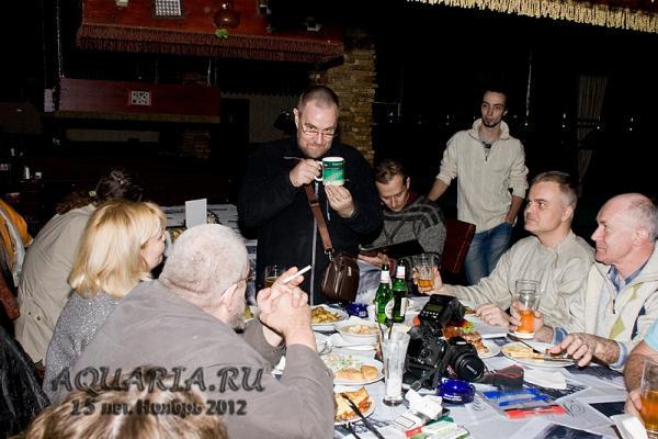 Александр Гуржий презентует юбилейную чашку Славе Юдакову