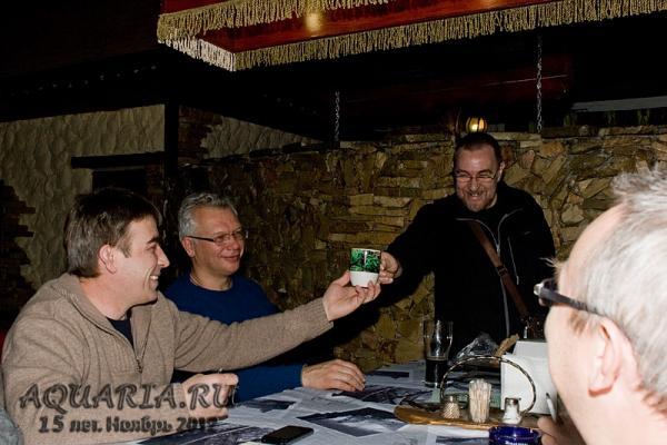 Александр Гуржий презентует юбилейную чашку Анатолию Жуковину